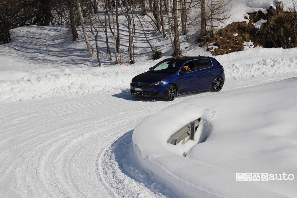 Test pneumatici invernali handling su neve discesa