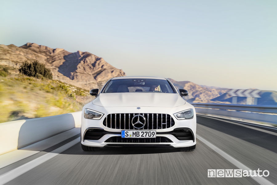 Mercedes-AMG GT 53 S 4MATIC+ bianca, vista frontale